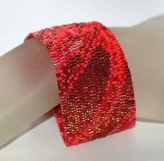 Cramoisi, écarlate et rouge rouge rouge ! Ce superbe design bracelet émule un morceau de tissu satiné luxuriante, avec tous ses plis et les plis capture la lumière. On ne peut quêtre ébloui par cette beauté. Ce magnifique bracelet a été facilement à laide de perles delica japonaises en quatre couleurs et quatre finitions : transparent doublé couleur canneberge, berry AB mat opaque rouge, opaque et transparente bordée dargent cerise cola. Les couleurs et les finitions jouent sur lautre…