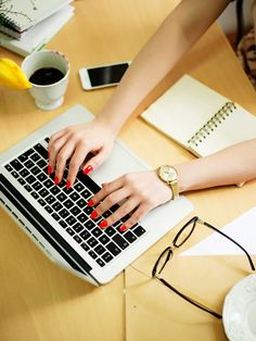 Du sitzt den ganzen Tag vorm PC oder Laptop und bist permanent gestresst. Diese sieben Tipps helfen dir, das Beste aus deinem Büro-Alltag rauszuholen!
