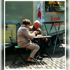 Alkmaar. Markt. Kip eten