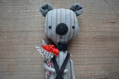 Art textile animal bear doll with a bouquet of roses por KukloFerma