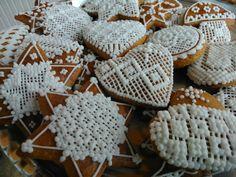 Traditional Central European honey cookies decorated by white sugar glaze. Tradičné stredoeurópske medovníčky zdobené bielkovo-cukrovou polevou. Tradiční středoevropské perníčky zdobeny bílkovo-cukrovou polevou.