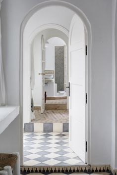 :: Havens South Designs :: loves the flooring throughout these rooms, as well as the wall tile, in Villa Maroc in Essaouira, Morocco. Riad Essaouira, Marrakech, Home Interior, Bathroom Interior, Interior Decorating, White Bathroom, Floor Design, House Design, Arch Doorway