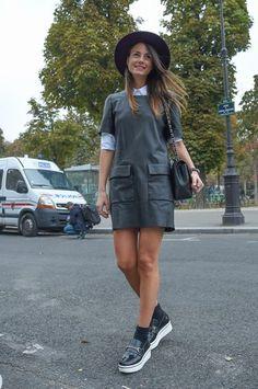Les creepers façon loafers avec la petite robe en cuir et un chapeau, on aime beaucoup ! #leatherdress #hat