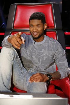 Usher at the Voice Popular People, Famous People, Usher Raymond, Dark Skin Men, Black Panther Marvel, Days Of Our Lives, Christina Aguilera, Celebs, Celebrities