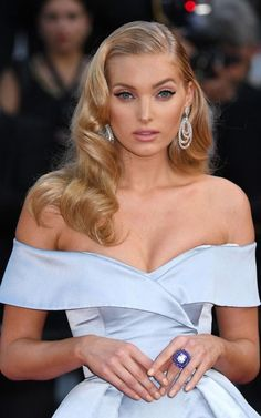 The best jewellery at the Cannes Film Festival 2017 - Elsa Hosk wearing a High Jewellery diamond and tanzanite ring and diamond earrings by De Grisogono at the premiere of The Beguiled in Cannes Hollywood Glamour Makeup, Old Hollywood Hair, Hollywood Curls, Hollywood Wedding, Elsa Hosk, Retro Hairstyles, Wedding Hairstyles, Halloween Hairstyles, Anime Hairstyles