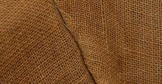 Cómo hacer bolsas de arpillera . La arpillera es una tela resistente ideal para hacer bolsas. Hechas con cáñamo, yute y otras fibras renovables, las bolsas de arpillera son ecológicas. Agrega el logotipo de tu negocio e información de contacto y tendrás publicidad portátil que además podrá reutilizarse. Al usar bolsas de arpillera en lugar de plástica, las compañías evitan ...