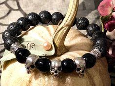 Handgefertigtes Herren-Armband aus Lavastein und Onyx mit Skulls aus Tibetsilber. Ein echtes Unikat. Tibet, Bracelets, Casual, Jewelry, Blog, Fashion, Semi Precious Beads, Handcrafted Jewelry, Beads