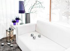 W salonie jesiennie, za oknem biało