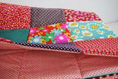 MES couvertures patchwork et le TUTO qui va avec ... - Au pays des bulles Coin Couture, Camping Gifts, Your Favorite, Diy And Crafts, Coin Purse, Patches, Plaid, Diy Projects, Quilts