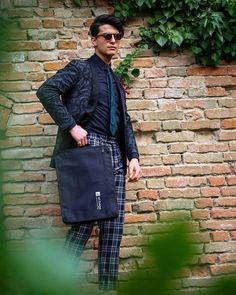 Do you prefer comfort or style? You can have it both with at-bags! Ootd Fashion, Mens Fashion, H Style, Travel Bag, Messenger Bag, Satchel, Street Style, Guys, Moda Masculina