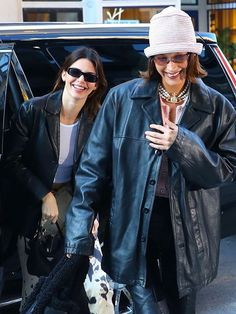 Bella Hadid's ASOS hat and Kendall Jenner's Converse sneakers are the perfect outfit completers. Shop them here. Model Outfits, Jean Outfits, Victoria Beckham Jeans, Bella Hadid Outfits, Ray Bans, Jeans Boyfriend, All Black Looks, Kendall Jenner Style, Kylie Jenner