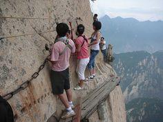 Sentier du mont Hua Ce sentier que l'on peut emprunter sur le mont Hua, situé dans la province du Shaanxi, est considéré par certains comme le plus dangereux au monde.