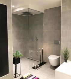 Modern, minimalist bathroom with walk-in shower .- Modernes, minimalistisches Badezimmer mit begehbarer Dusche Modern, minimalist bathroom with walk-in … - Bathroom Spa, Grey Bathrooms, Bathroom Layout, Bathroom Ideas, Bathroom Photos, Master Bathrooms, Bathroom Organization, Bathroom Trends, Bathroom Cabinets