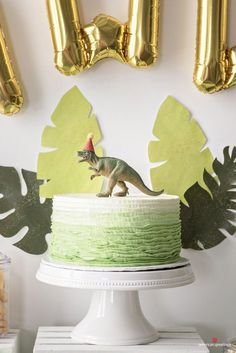 Make your own dinosaur cake - recipe and decoration ideas for an impressive dino cake Dinasour Birthday, Dinosaur First Birthday, Fourth Birthday, Boy Birthday Parties, Birthday Party Decorations, Cake Birthday, Elmo Birthday, Birthday Ideas, 3rd Birthday Pictures