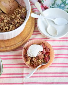 This grain-free, gluten-free strawberry rhubarb crisp has the most flavourful and healthiest topping ever! Top it with your favourite ice cream and you've got the perfect early summer dessert. Summer Desserts, Healthy Desserts, Healthy Treats, Gluten Free Recipes, Baking Recipes, Joyous Health, Strawberry Rhubarb Crisp, Healthy Grains, Tasty