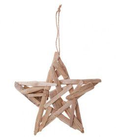 Un muy simple, pero única pieza de decoración. La estrella colgante tiene las medidas 30 cm de altura y de ancho. Es extremadamente ligera y se puede colgar de cualquier pared, árbol o simplemente por sí sola. Hecha a partir de trozos asiáticos de madera a la deriva reciclados. Simple pero elegante.  http://www.barquitos.com/decoracion-de-interiores/decoracion/estrella-de-madera-a-la-deriva