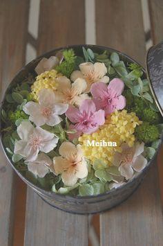桜、ニオイサクラ、三又の花のプリザーブドフラワーをアレンジしました。