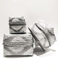 Härliga korgar/boxar med härliga mönster. Säljs 3 in 1.    Färger: Grey, Natur, White (med vit botten).