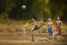A vida dos vilarejos nos arredores de Jacarta, na Indonésia, encontra a simplicidade na riqueza da natureza e da cultura local. Crianças se divertem em rios, garotos aprendem a pescar e a caçar e o sorriso não é raro. Mas a verdade é que o dia a dia dessas famílias fica ainda mais encantador através …