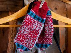 Liisa-lapasten juju on perinteisessä kirjoneuleessa ja klassisissa väreissä.Malli: TekstiiliteollisuusKoko: Naisten koko.Lanka: Sisu (80 % villaa, 20 % nylonia, 50 g = 160 m)Langan menekki: Tummanharm...