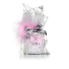 Saquito platino con lazo de raso gris y plumas rosa.