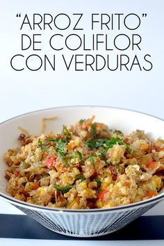 "Este ""arroz frito"" de coliflor es una sorprendente y deliciosa manera de disfrutar de esta verdura. un plato super sano y lleno de verduras! Easy Healthy Recipes, Raw Food Recipes, Veggie Recipes, Vegetarian Recipes, Easy Meals, Cooking Recipes, Salada Light, Comida Keto, Cauliflower Recipes"
