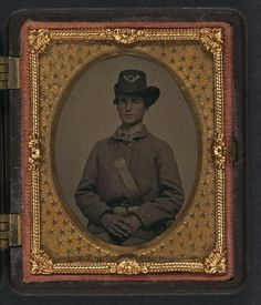 Ninth-plate tintype, hand-colored ; 7.6 x 6.0 cm (case), 1861 - 1865. Unidentified young soldier in Union uniform and Hardee hat with VMM belt buckle. (LOC)   por The Library of Congress