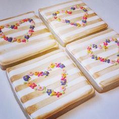 Floral Valentines Cookies #bluesugarcookieco #floralcookies #floralheart #floralheartcookies #floral #gildedcookies #goldcookies #goldstripes #decoratedsugarcookies #decoratedcookies #royalicing #royalicingcookies #sugarcookies