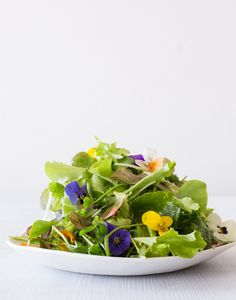 SIMPLE GREEN SALAD WITH EDIBLE FLOWERS