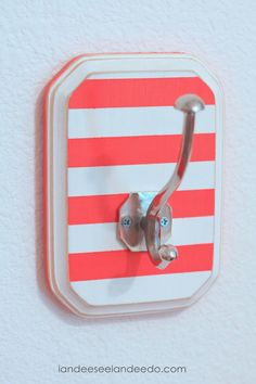 Landee See, Landee Do: DIY Striped Towel Hooks. any design you want - nice way to dress up the towel hooks! Home Crafts, Home Projects, Diy Home Decor, Diy Crafts, Pallet Projects, Room Decor, Pool Towel Hooks, Striped Towels, Crafty Craft