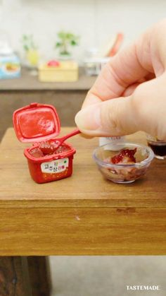 Miniature Crafts, Miniature Food, Tastemade Japan, Tiny Cooking, Oddly Satisfying Videos, Tiny Food, Food Videos, Food To Make, Easy Meals