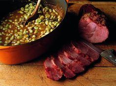 Traditional 'Judd mat Gaardebounen', a smoked collar of pork with broad beans National Dish, Bean Stew, Smoked Bacon, Fried Potatoes, International Recipes, Cravings, Beans, Good Food, Dishes