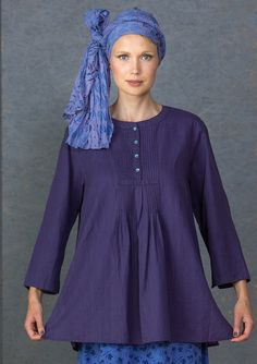 Tunika i bomull/lin – Vävt – GUDRUN SJÖDÉN – One colored tunic that probably has a chance to become a real favorite for both everyday and special occasions. 70% cotton/30% linen. placket and pin tucks on the front. Three-quarter length sleeves. Normal fit. Height / M: 75 cm Item number 60602 Price SEK 695