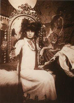 "In mucha's studio - paris Fabulous ""behind the scenes"" photo. Alphonse Mucha is one of my Favorite Artist Art Nouveau Pintura, Mucha Art Nouveau, Alphonse Mucha Art, Architecture Art Nouveau, Paris 1900, Illustration Art Nouveau, Pablo Picasso, Illustrations, Vintage Photographs"