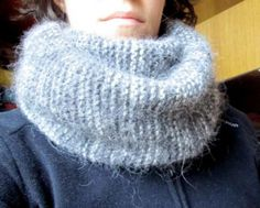 The snood or tube scarf is the trendy accessory of the winter. Of course, we see it everywhere in the shops, but it is also possible to knit a snood yourself. by Audrey Source by Snood Knitting Pattern, Knitted Poncho, Easy Knitting, Knitting For Beginners, Cable Knitting, Tube Scarf, Cowl Scarf, Angora, Headband Pattern