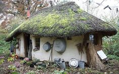 This Cob House: Cob House & Natural Building Designs - decoratoo Cob Building, Building A House, Green Building, Fairytale House, Thatched House, Natural Homes, Unique Buildings, Natural Building, Eco Friendly House