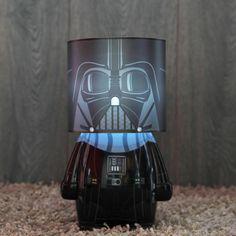 Lámpara Darth Vader. La lámpara de Darth Vader de Star Wars nos ha dejado sin palabras y tampoco las necesitamos ya que las imágenes de tal objeto hablan por sí solas. Se trata de una original lámpara con la forma del malo de Star Wars, así que sí, es de color negro y aunque se encuentra en el Lado Oscuro en ocasiones puede darte algo de luz cuando más la necesitas.