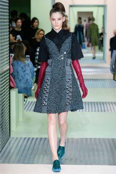 Prada Fall 2015 Ready-to-Wear Collection Photos - Vogue Runway Fashion, High Fashion, Fashion Show, Fashion Design, Milan Fashion, Miuccia Prada, Elegant Gloves, Vogue, Fashion Week 2018