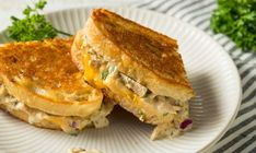 Tuna Melt Recipes-A Classic Tuna Melt is among well known lunch recipes ever. A tuna melt is a warm, open-faced sandwich made out of tuna salad and topped with tomato a. Tuna Melt Sandwich, Tuna Melts, Hot Tuna Melt Recipe, Lunch Recipes, Cooking Recipes, Lunch Meals, Sandwich Recipes, Lunches, Salads Up
