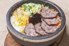 La recette du bibimbap se décline de différentes façons, recette avec viande comme ici du porc, ou végétarienne, voire flexitarienne (avec un oeuf)