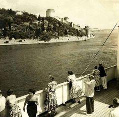 İstanbul Boğazı'ndan geçen bir yolcu vapuru.. 1950