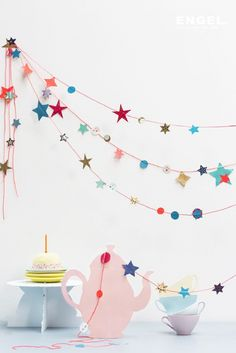 10 DIY Garlands Get crafty with these 10 Pretty DIY Garlands! The perfect finishing touch to the decor in your kids bedroom or your home. - DIY Basteln Selbermachen Girlande Sterne Wanddeko Dekoration einrichten und wohnen home pastell Circle Garland, Star Garland, Bunting Garland, Buntings, Diy Bunting Paper, Paper Garlands, Star Banner, Party Garland, Paper Decorations