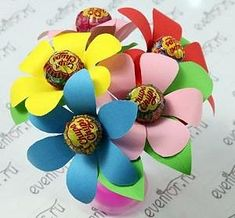 ChupaChup Bouquet - step by step Photo tutorial - Bildanleitung - Цветы из чупа-чупсов Christmas Treats For Gifts, Kids Christmas, Gifts For Kids, Candy Decorations, School Decorations, Birthday Gift Picture, Clown Crafts, Lollipop Bouquet, Homemade Wedding Favors