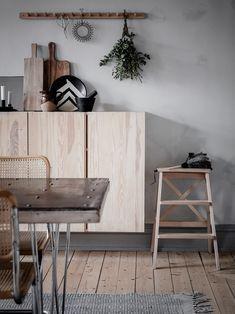 Ikea hack : que faire avec les caissons en bois Ivar ? Ikea Ivar Cabinet, Armoire Ikea, Ikea Cabinets, Scandinavian Home Interiors, Scandinavian Kitchen, Narrow Rooms, Dark Wood Stain, Ikea Furniture, Dining Room Design