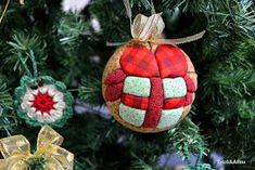 Ah! Deixei-me contagiar pelas cores e formas natalinas. O crochezinho, que  mostrei aqui , deu a partida e depois dele várias outr...