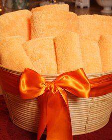 Towel Gift Basket - Martha Stewart Home & Garden Cool Diy, Hostess Gifts, Holiday Gifts, Housewarming Gifts, Towel Basket, Martha Stewart Home, Diy Gift Baskets, Basket Gift, Spa Basket