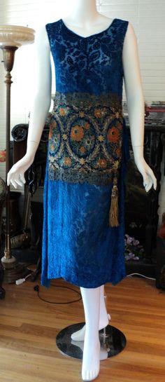 Vintage Fashion Orientalist Period Silk Voided Velvet Dress with Metallic Lace and Asian Tassle Bellasoiree original SOLD - 20s Fashion, Art Deco Fashion, Fashion History, Vintage Fashion, Edwardian Fashion, 1920s Outfits, Vintage Outfits, Look Gatsby, Style Année 20