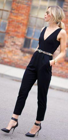 Acheter la tenue sur Lookastic:  https://lookastic.fr/mode-femme/tenues/combinaison-pantalon-escarpins-ceinture-montre/8491  — Ceinture en cuir imprimée serpent grise  — Escarpins en cuir noirs  — Montre dorée  — Combinaison pantalon noire