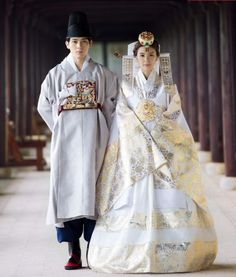 한복 Hanbok : Korean traditional clothes[dress] We typically don't wear white to weddings (white at funerals), no white flowers (mourning death) either.