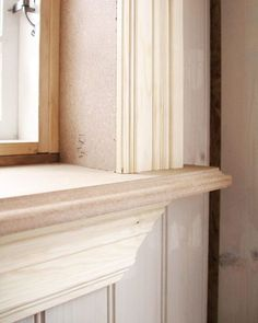 Fin listning under fönstret Cafe Door, Swedish Cottage, Cottage Renovation, Country House Interior, Wall Molding, Shabby Chic Bedrooms, Wainscoting, Windows And Doors, Home Projects